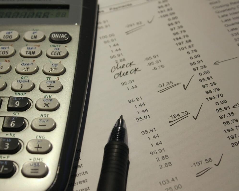 BANKOVÉ POPLATKY SA NEUSTÁLE ZVYŠUJÚ. TAKTO NA NICH MÔŽETE UŠETRIŤ A EŠTE AJ ZAROBIŤ